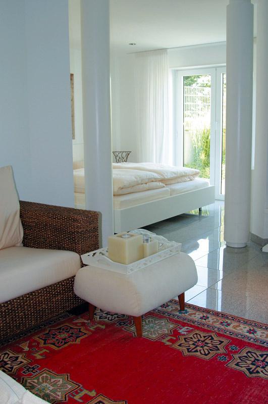 Klassischer Teppich und moderne Möbel kombiniert