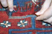 Detail beschädigten Teppich neu knüpfen